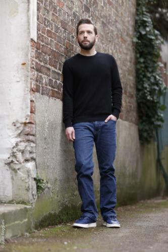 Photo en pied de l'acteur Florian Hillion